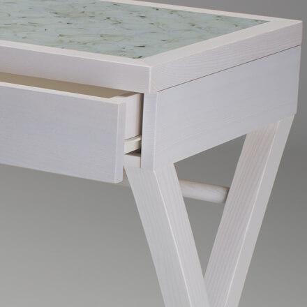 Dettaglio postazione trucco in legno bianco